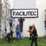 enseigne facilitec facade bénévoles échelle installation